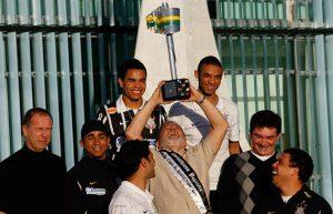 Presidente Lula ergue a taça da Copa do Brasil cercado pelos representantes do corinthians: Mano Menezes (Técnico), Jorge Henrique, Dentinho, Cristian, William, André Sanchez (presidente do clube) e Ronaldo). Fonte: Terra.com.br.