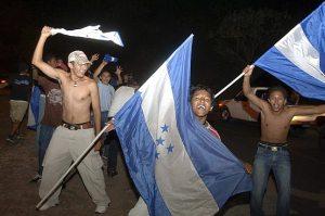 Torcedores hondurenhos comemorando a classificação para a Copa do Mundo de 2010 nas ruas de Tegucigalpa.
