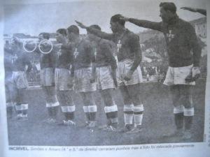 Jogadores portugueses fazendo a saudção fascista.