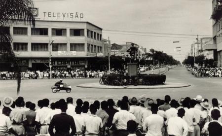 Corrida de motos na Praça do Bandeirante, atual praça Atílio Correia Lima, esquina da Avenida Goiás com Avenida Araguaia (1961). Fotografia de Alois Feichtenberger. Acervo do Museu da Imagem e do Som de Goiás.