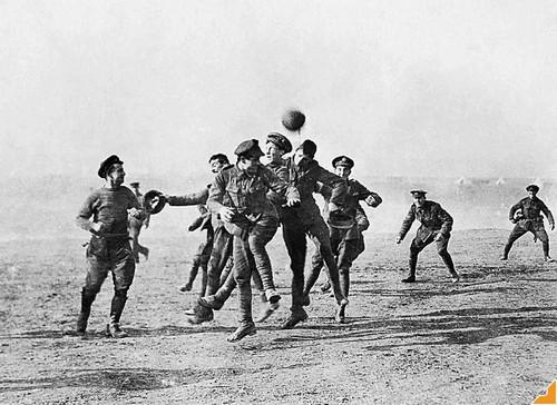 Soldados alemães e ingleses disputam partida de futebol durante I Guerra Mundial, em episódio conhecido como a Tregua de Natal (1914). Fonte: http://oglobo.globo.com/blogs/pelada/posts/2012/12/27/paul-maccartney-a-tregua-de-natal-480176.asp