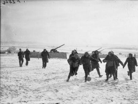 Soldados britânicos jogam futebol na França durante II Guerra Mundial (1939). Fonte: http://www.historiadigital.org/curiosidades/30-fotos-raras-da-historia-do-futebol/