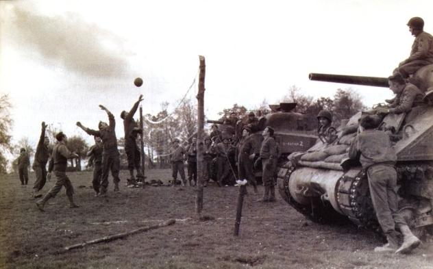 Soldados norte-americanos jogam volei durante a II Guerra. Fonte: http://www.volleyballmag.com/articles/43002-spreading-the-gospel
