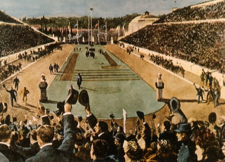 Gravura representando a chegada de Spiridon Louis no Panathenaic Stadion no dia da prova de maratona. Fonte  COUBERTIN, P.; PHILEMON, T.J. POLITIS, N.G.; & ANNINOS, C. The Olympic Games B.C. 776. - A.D. 1896 (Second Part). The Olympic Games in 1896. Athens Charles Beck, Publisher  London H. Greveland Co., 1897, p. 77.
