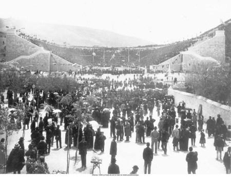 Multidão em frente e dentro do estádio Pan-ateniense. Fonte Olympic.org (httpwww.olympic.orgmultimedia-playerall-photos20021201xaapx001)