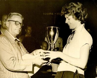 Margot Ritter recebendo de Túlio de Rose o troféu  Atleta de Destaque nos Jogos Abertos Femininos  de 1956 Fonte: Centro de Memória do Esporte