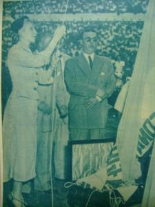 Evita hasteando a bandeira argentina em cerimônia do Campeonato Infantil.