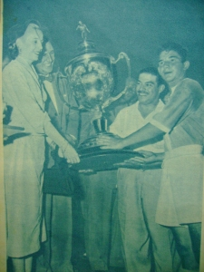 Perón e Evita entregam troféu do campeonato.