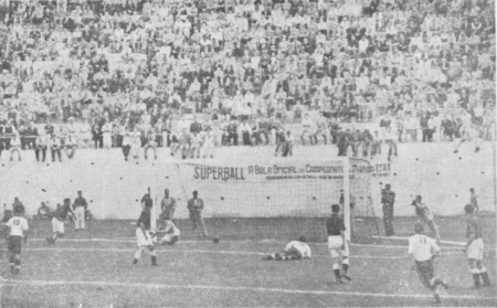 O gol dos Estados Unidos sobre a Inglaterra no Estádio Independência. Fonte: Confederação Brasileira de Desportos – IVº Campeonato Mundial de Futebol – Taça Jules Rimet 1950. p. 45.