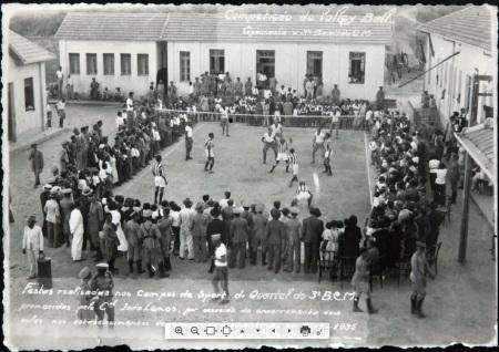Competição de vôlei no pátio do 3 Batalhão de Caçadores Mineiros, em Diamantina, 1935. Autoria: Photo Werneck. Fonte: Arquivo Público Mineiro.