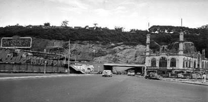 Do lado direito, sede do Clube de Regatas Botafogo; do lado esquerdo, sede do Clube de Regatas Guanabara; ao fundo o Túnel do Pasmado. Fotografia de Jean Manzon.