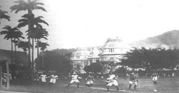 Jogo realizado entre um combinado de brasileiros e a equipe do Exeter City no Campo do Fluminense. Ao fundo, o Palácio Guanabara. Disponível em http://ludaol.multiply.com/photos/album/200#photo=7.jpg