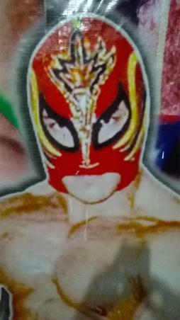 La máscara es parte esencial de la lucha. Otros optan por las largas cabelleras. Unas y otras son puestas en juego en combates decisivos.