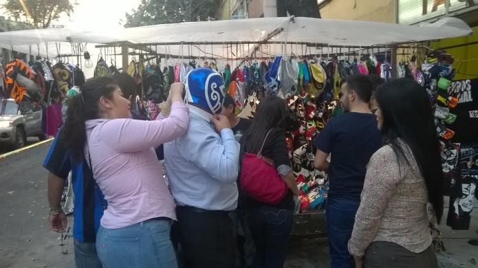 Las mercaderías rodean la Arena México