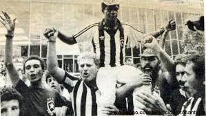 Russão carregando nos ombros o jogador Marinho, 1988. Disponível no sítio Gritos e Bochichos: https://asfaltoemato.wordpress.com/2012/02/28/russao-botafogo-na-veia/