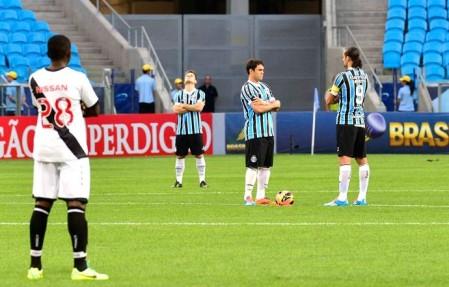 Atletas do Grêmio/RS e do Vasco da Gama/RJ cruzam os braços em manifestação antes do início da partida, válida pelo Campeonato Brasileiro de 2013. Fonte: globoesporte.com