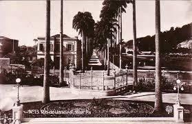 Rua Paissandu vista de dentro do Palácio Guanabara. À direita, a sede do Rio Cricket/Club Brazileiro de Cricket/Paysandú Cricket Club. Foto sem data, impressa em cartão postal da editora F. Manzieri de São Paulo.