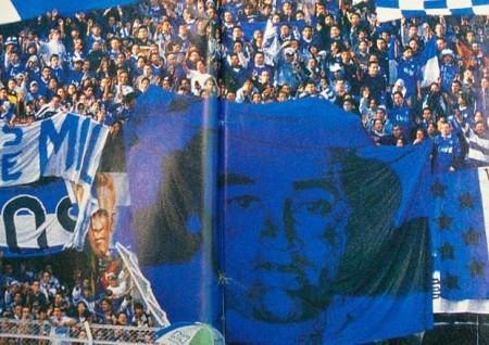 """Torcida do Millonarios chegou a levar para os estádios uma bandeira em homenagem a Gonzalo Gacha, """"El Mexicano"""". Fonte: www.doentesporfutebol.com.br"""
