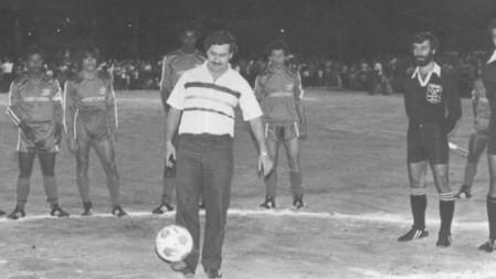 Pablo Escobar dando o pontapé inicial em uma partida de futebol em Medellín. Foto: Reprodução.
