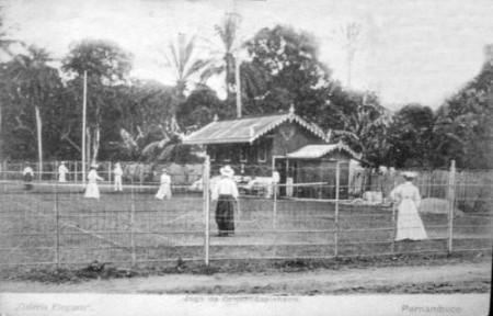 Mulheres jogando críquete no British Club. Cartão postal. C. 1905. Disponível em: <http://www.fotolog.com/tc2/12365715/