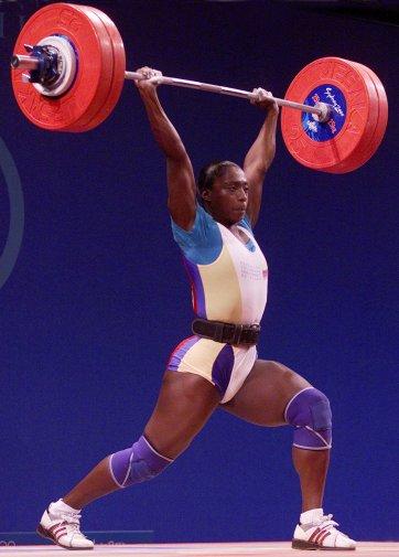 María Isabel Urrutia levantó en arranque 110 y en envión 135 kgs para ganar el oro en Sidney 2000