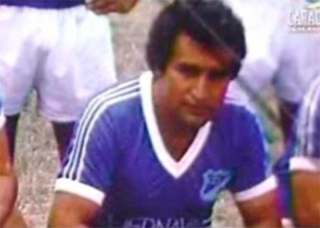 José Gonzalo Rodríguez Gacha vestindo a camisa do Millonarios: narcotraficante chegou a ter uma bandeira com seu rosto estampado levada aos estádios pelos torcedores do clube. Fonte: http://www.las2orillas.co/los-bandis-del-futbol-colombiano/