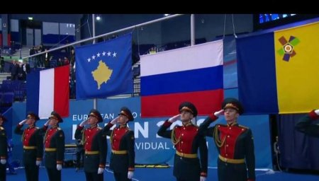 soldados russos e bandeira do Kosovo